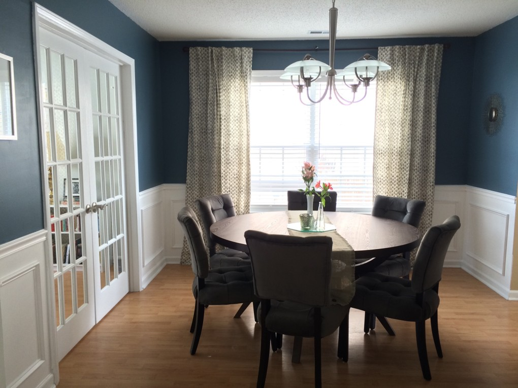 Navy and white dining room with round table // Sherwin Williams Smokey Blue